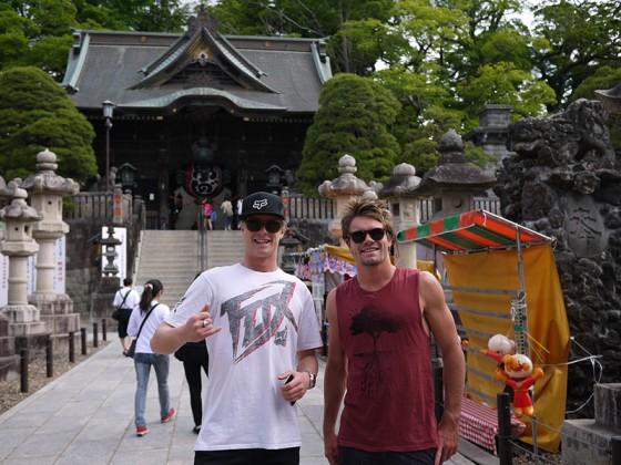 成田山新勝寺にてライダーティムと友人のカイル